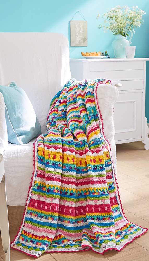 Super descontraída, essa manta de crochê muda o astral da sala de estar
