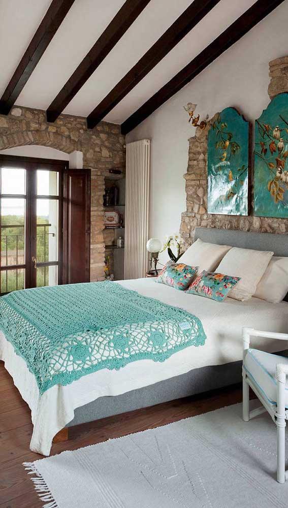 Manta de crochê verde da cor do quadro na parede