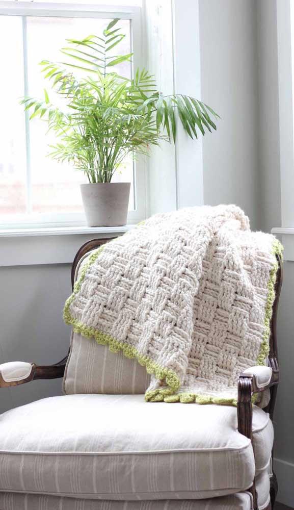 Manta de crochê em tom cru com barrado verde. Combine as cores para formar uma peça exclusiva e original