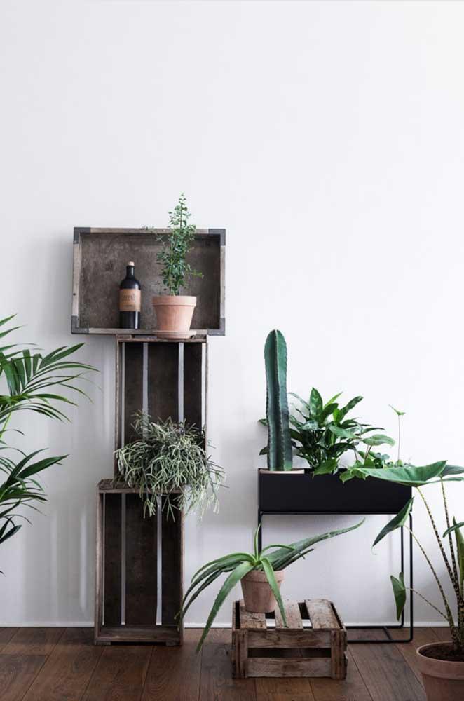 Combinação de suportes que vão do rústico ao moderno nessa sala de estar
