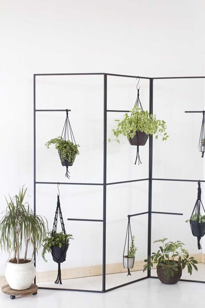 Já pensou ter um suporte de ferro para plantas com cara de biombo? Essa é a ideia por aqui