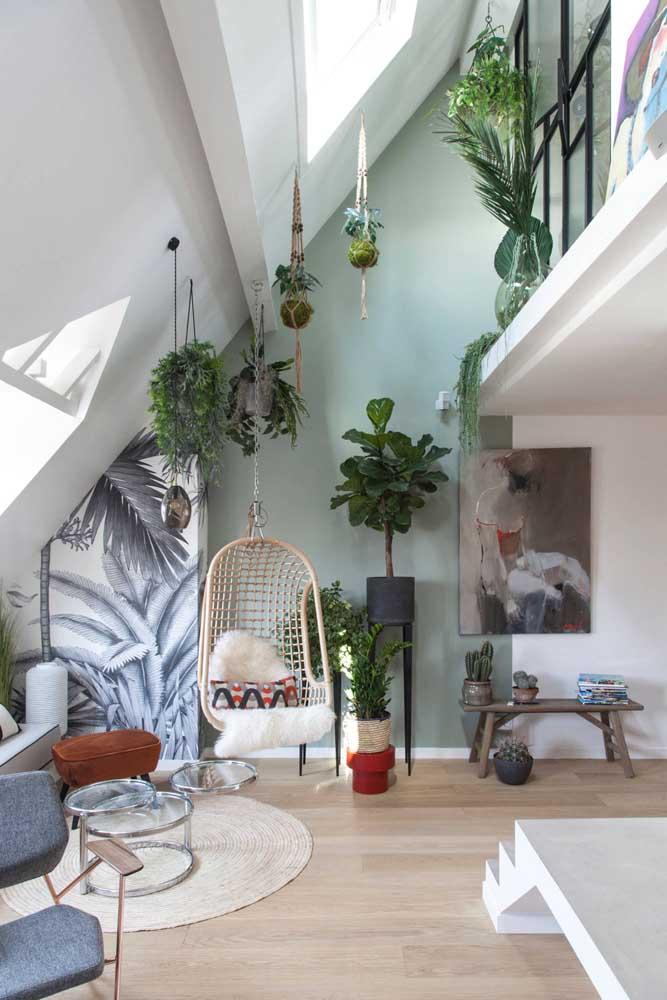 Suporte para plantas de teto em diferentes estilos. No chão, são os modelos tripé que chamam a atenção