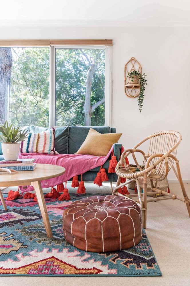 A sala de estar em estilo boho ficou linda com o suporte de parede feito de bambu