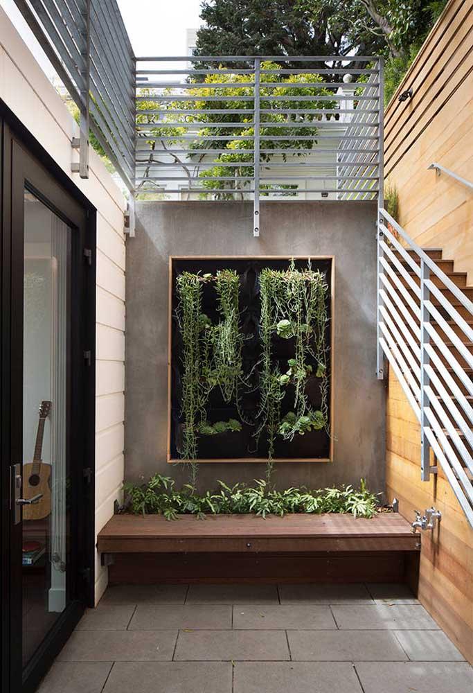 Aqui nesse jardim vertical a ideia é simples: um quadro de madeira com tecido para suspender as plantas