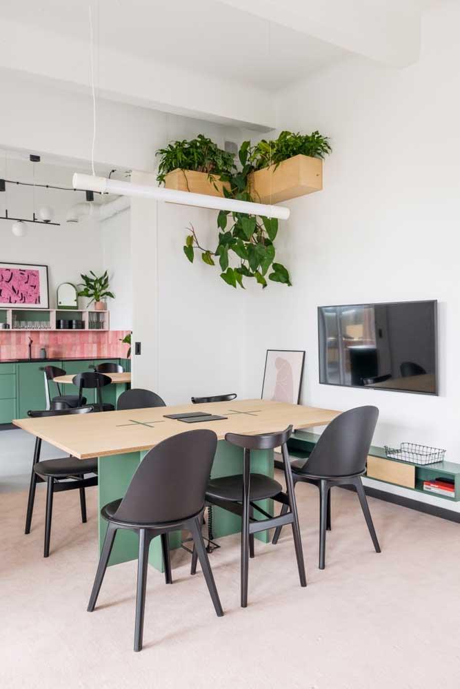 Nesse escritório, as plantas pendentes foram colocadas dentro de suportes de madeira que se assemelham a caixas