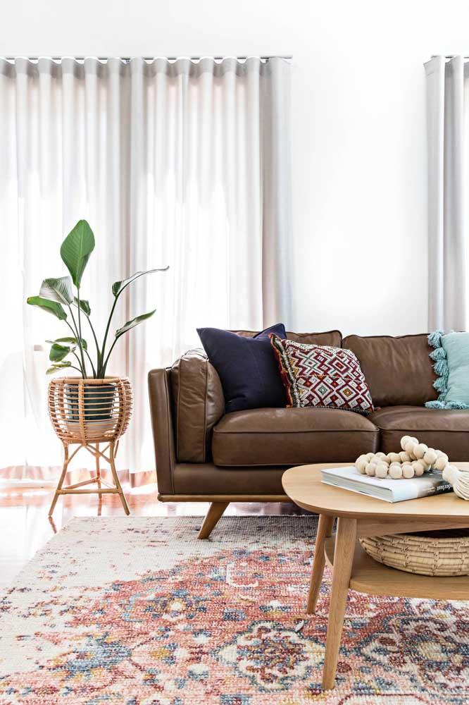 Suporte de bambu para elevar a planta ao lado do sofá