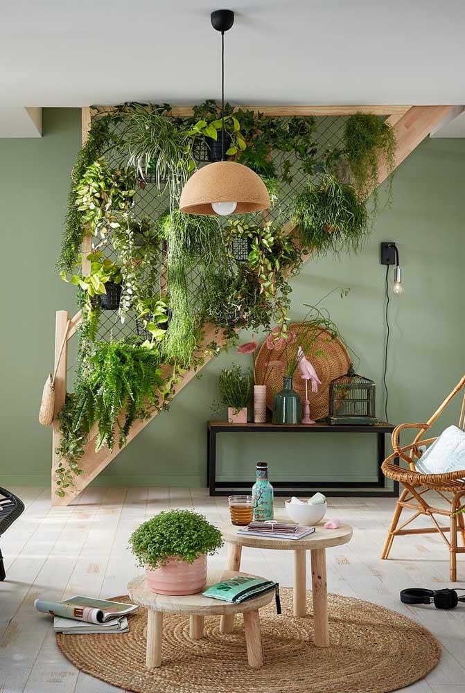Essa sala de estar incrível apostou em um jardim vertical no lugar do convencional guarda corpos. Para sustentar os vasos de plantas foi usada uma tela aramada ou treliça