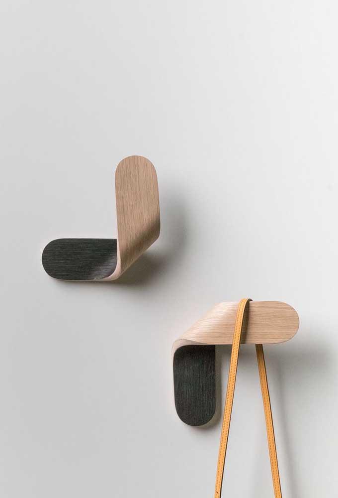 Gancho de parede de madeira. O destaque dessas peças vai para o formato que parece ter sido levemente dobrado ao meio