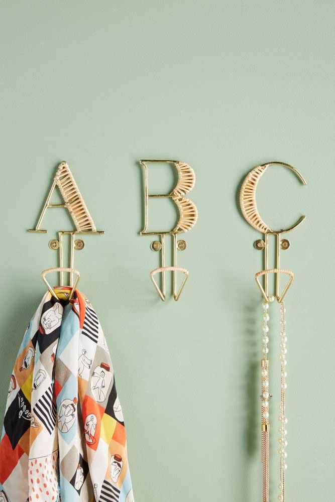 Gancho de parede com formato de letras para organizar as bijuterias e algumas peças de roupa