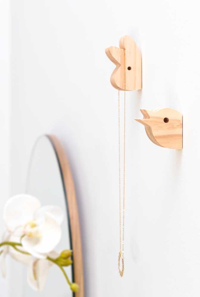 Brinque com as infinitas possibilidades de ganchos de parede. Aqui, por exemplo, eles formam bichinhos saindo da parede