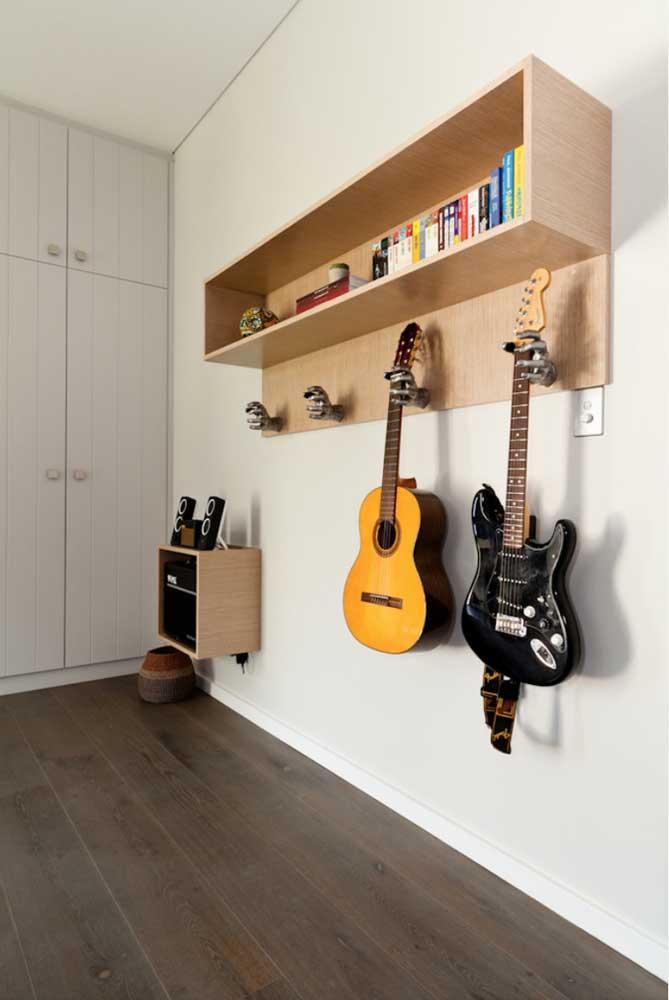 Olha essa ideia que divertida! Os ganchos são, na verdade, mãos que seguram os instrumentos dentro do quarto