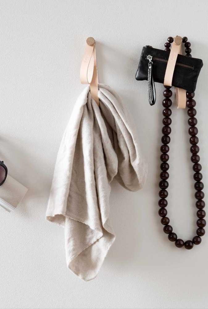 """Tiras de couro e """"botões"""" de madeira, gostou dessa ideia simples de gancho de parede?"""