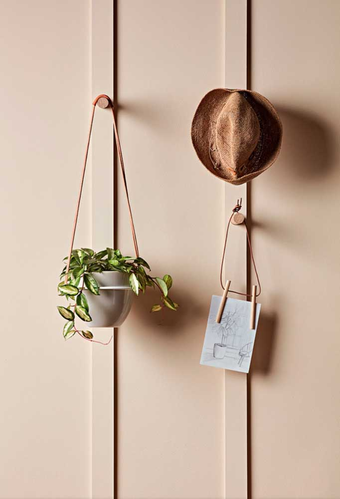 Toquinhos de madeira viram ganchos para pendurar chapéus, plantas e o que mais achar necessário
