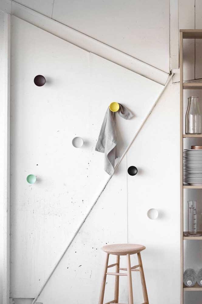 Na cozinha, os ganchos de parede deixam tudo o que você precisa sempre na mão
