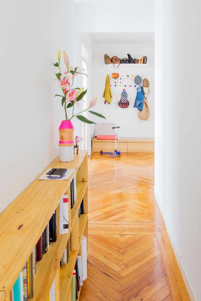 Gancho de parede colorido combinando com a atmosfera lúdica do ambiente