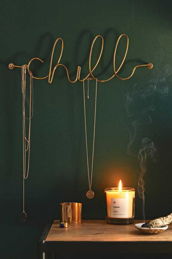 Gancho de parede para bijuterias bem criativo feito com metal retorcido. Repare que o material permite formar letras e palavras