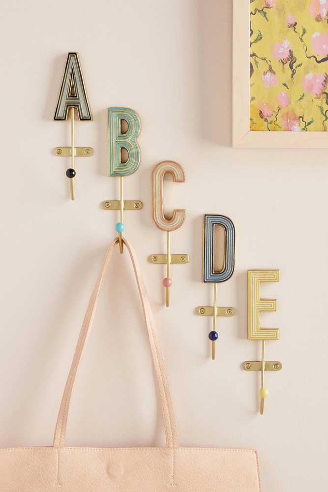 As letras do alfabeto formam uma composição irreverente de ganchos de parede