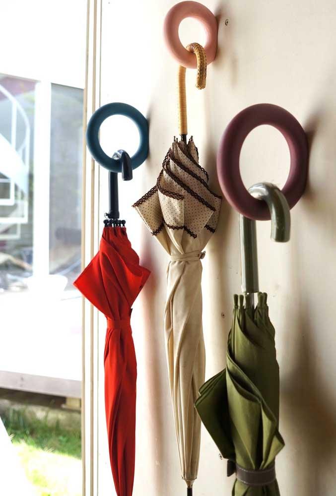 Olha que ideia mais legal para pendurar os guarda-chuvas da casa!