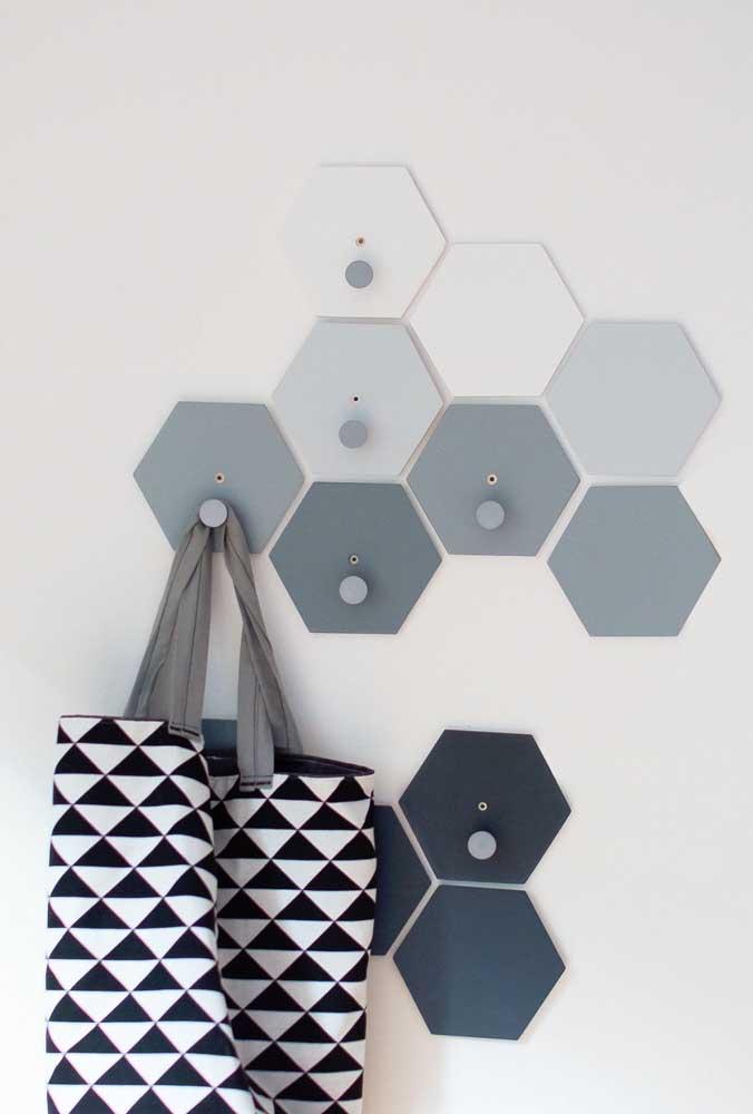 Com formato hexagonal, esses ganchos de parede, aos poucos, vão formando uma bonita composição visual