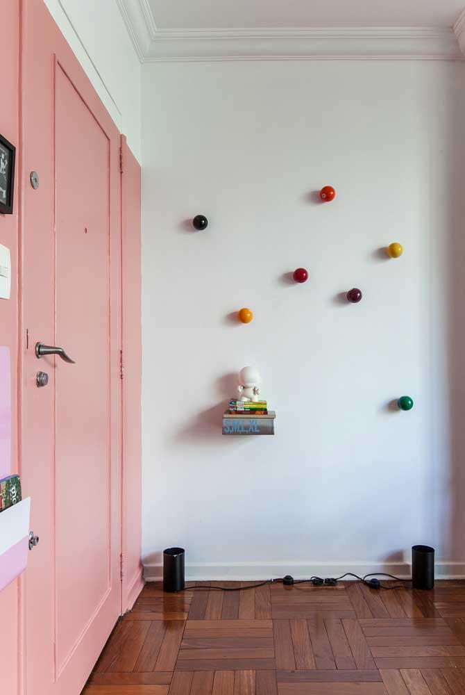Ganchos de parede redondos e coloridos. Uma maneira criativa e lúdica de mudar o visual branco da parede