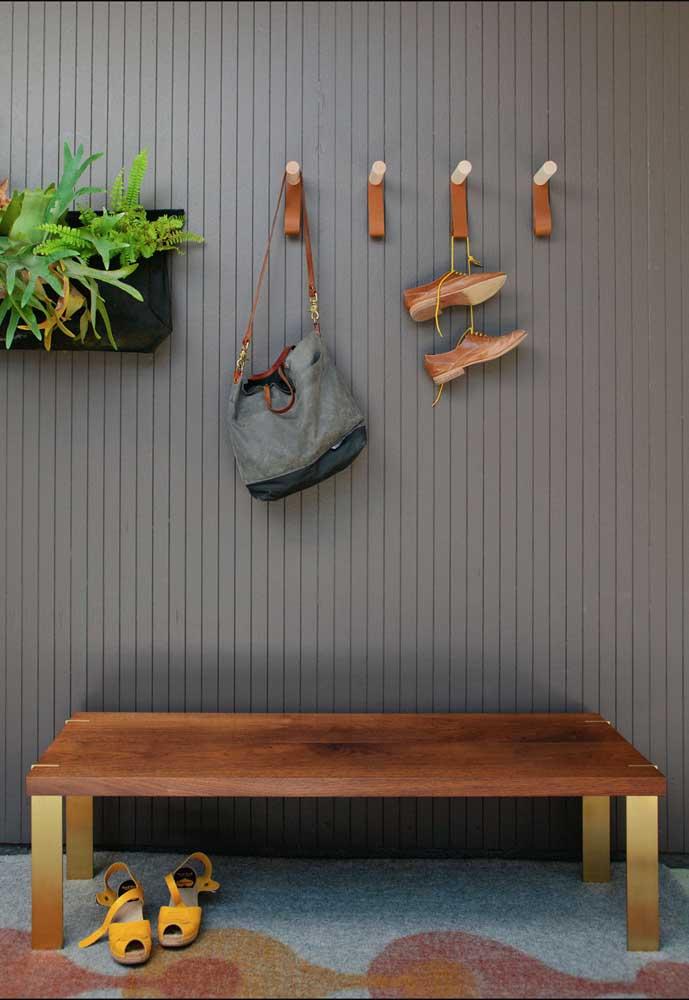No hall de entrada, os ganchos de parede servem para colocar sapatos, bolsas e tudo o mais que tiver nas mãos
