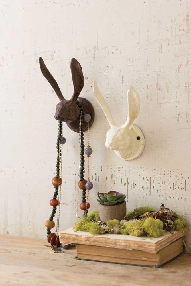 Cabeças de coelho feitas de gesso se transformam em ganchos de parede por aqui