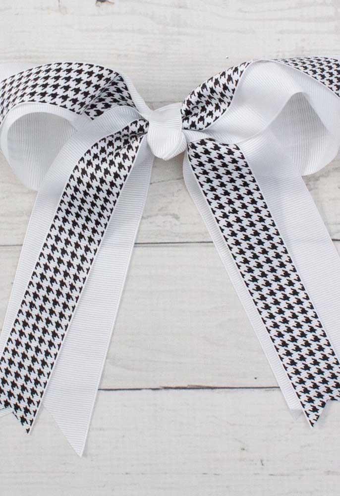 A beleza do clássico preto e branco emprestada para esse simples laço de gorgurão