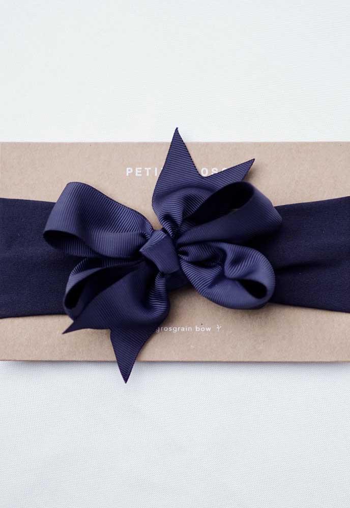 Um luxo esse laço de gorgurão azul escuro fechando o convite da festa