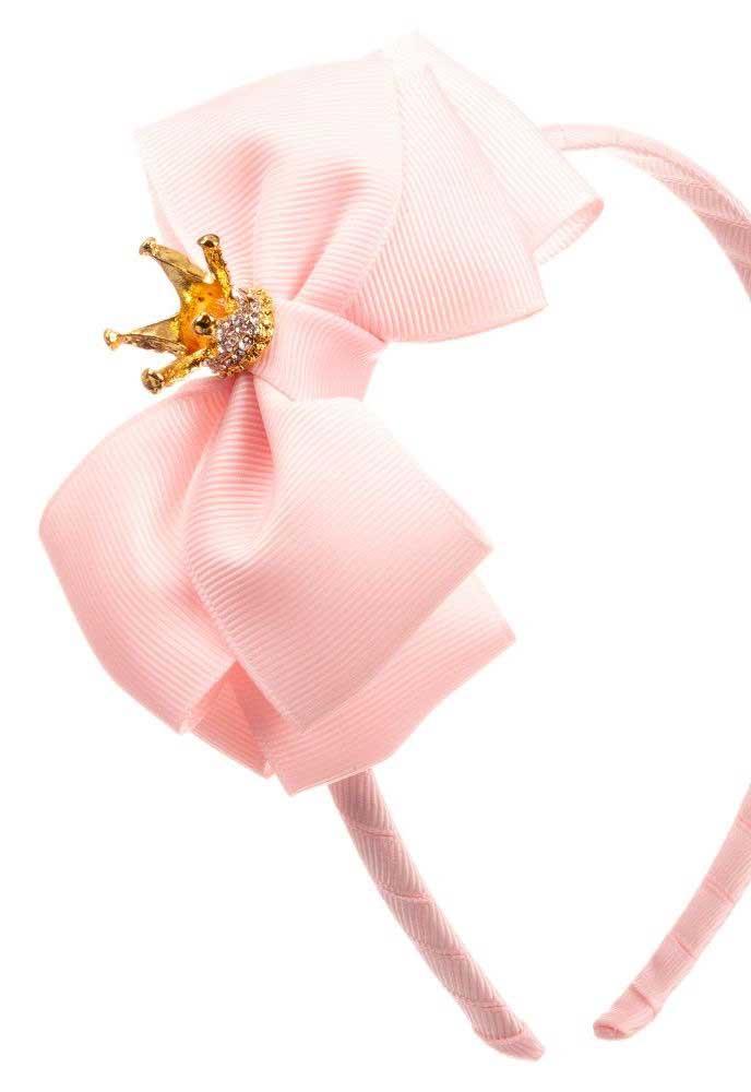 A mini coroa sobre o laço de gorgurão dá a dica de que a tiara foi feita para uma princesinha