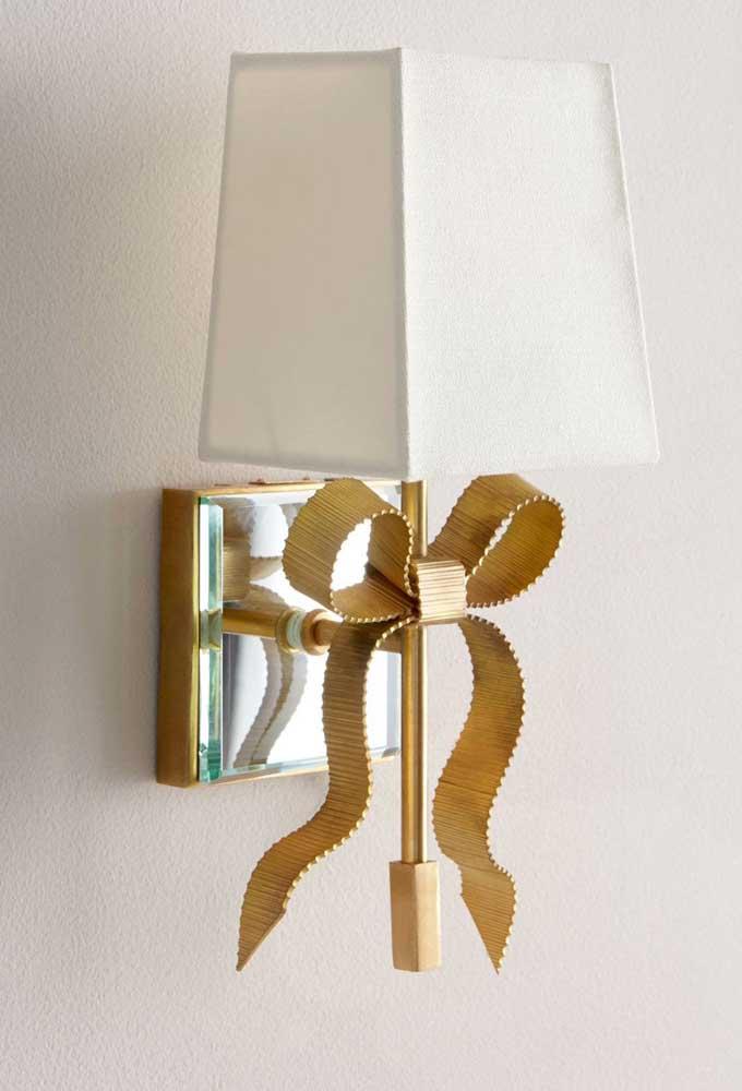 Que tal um laço de gorgurão dourado para decorar a luminária?