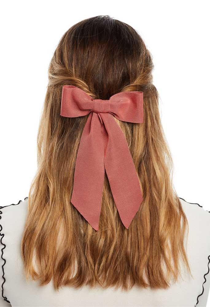 Um penteado simples valorizado pelo laço de gorgurão