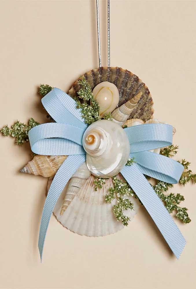 Laço de gorgurão azul complementando essa decoração de inspiração praiana