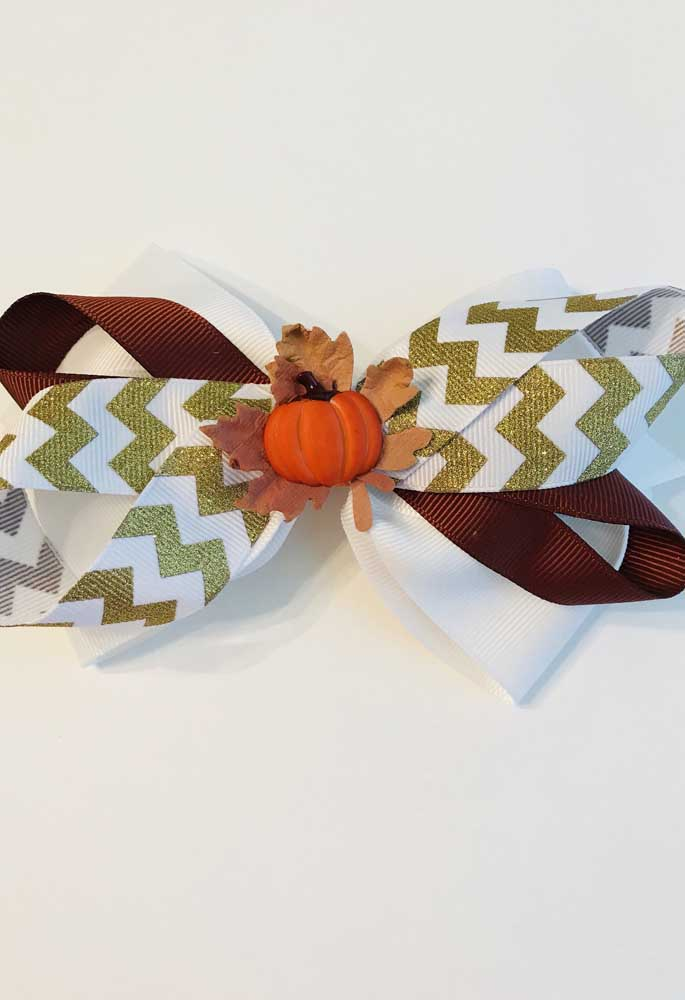 Mas se preferir, também é possível criar um laço de gorgurão inspirado no Halloween