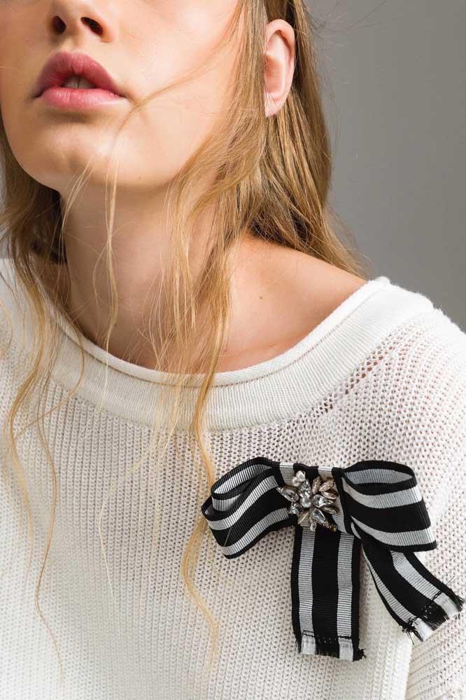 Laço de gorgurão preto e branco com pedrarias para valorizar a blusa de lã