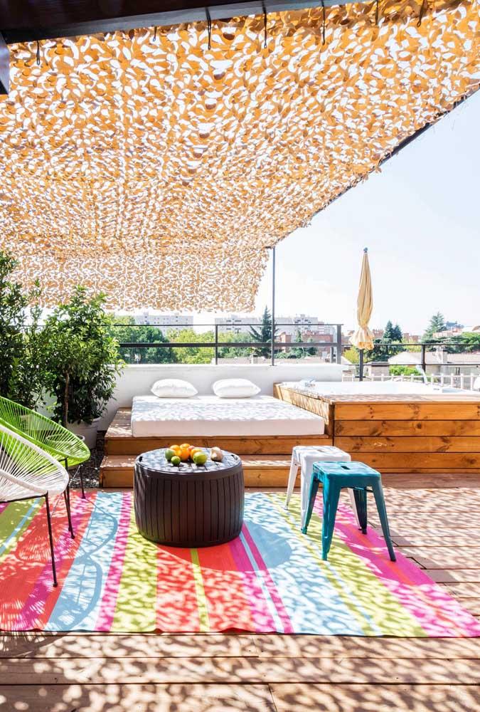 Um terraço feito para relaxar! O deck de madeira que o diga!