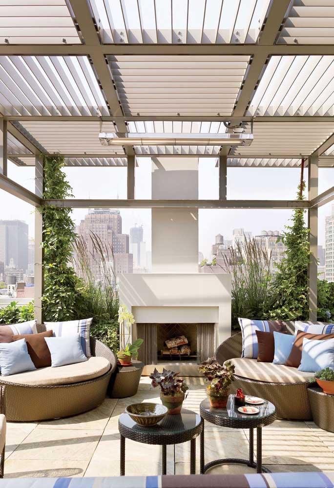 Aqui, a cobertura escolhida para o terraço se assemelha a persianas que podem ser abertas e fechadas. Destaque ainda para a lareira