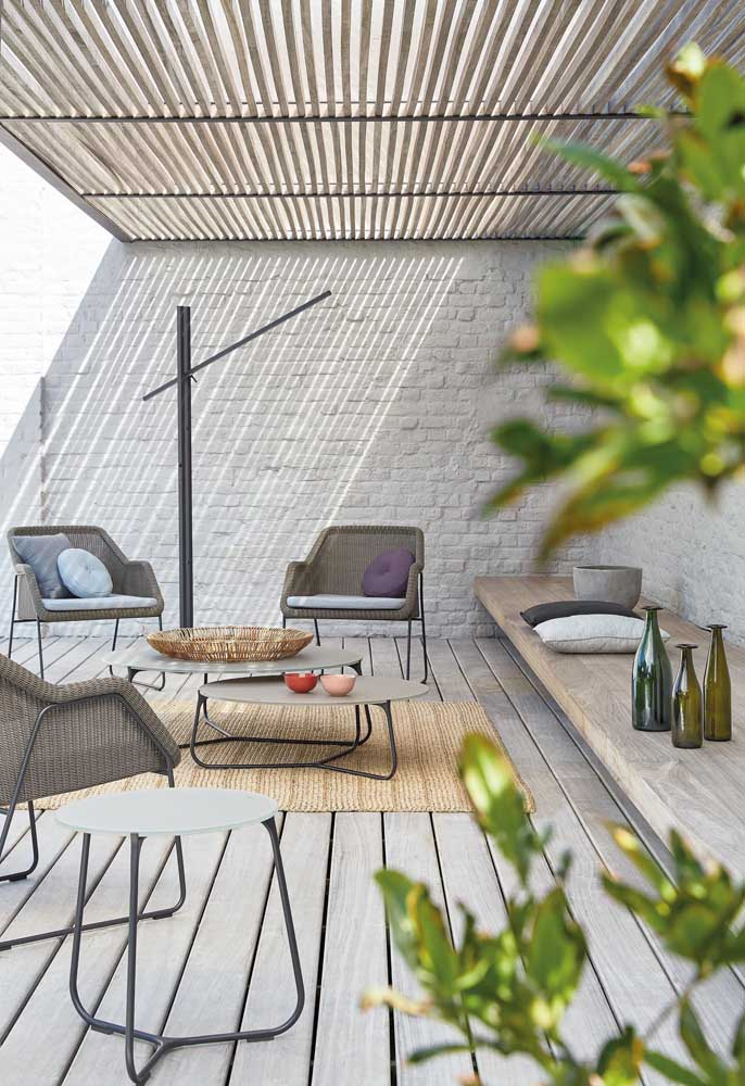 Pedra, madeira e fibra natural: junção perfeita de elementos para um terraço acolhedor
