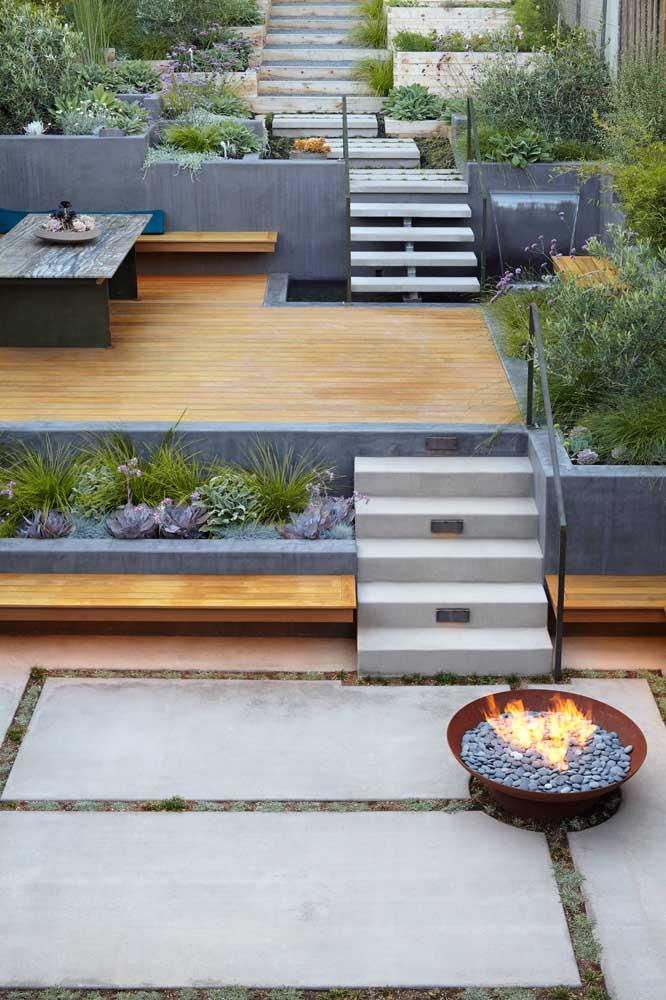 Impossível não relaxar em um terraço com deck de madeira e fogueira