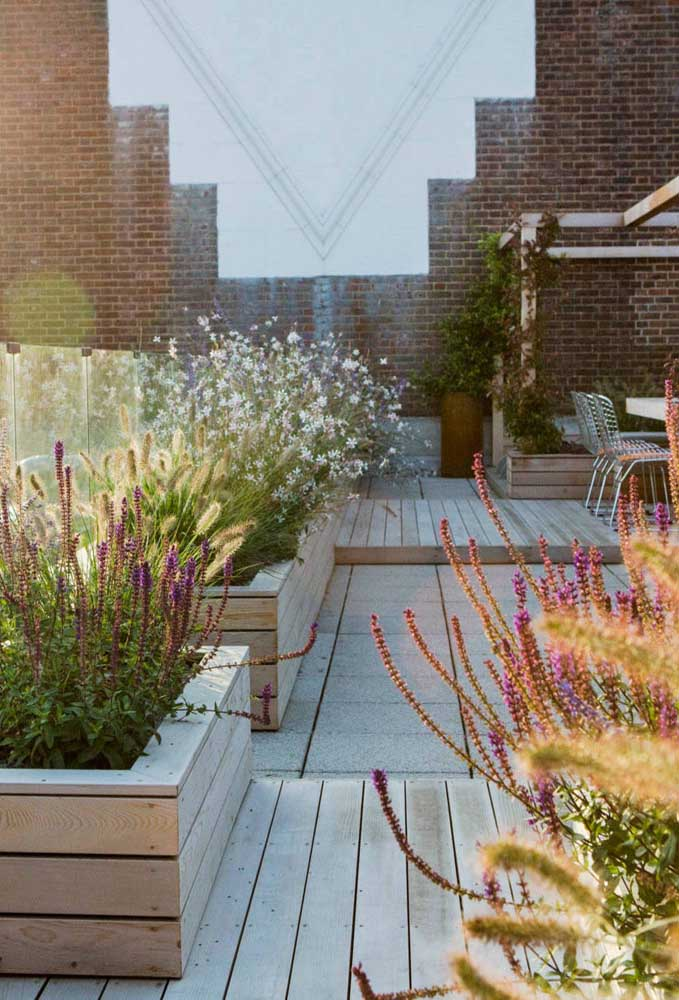 Canteiros de flores para perfumar e colorir esse outro terraço