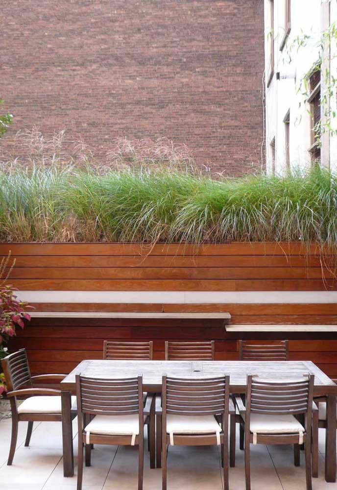 Nesse terraço, a mesa de oito lugares dá conta de receber todo mundo