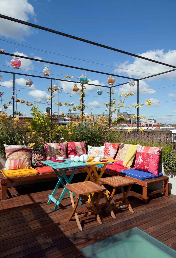 Descontração e alegria nesse terraço decorado com móveis coloridos e lanternas chinesas