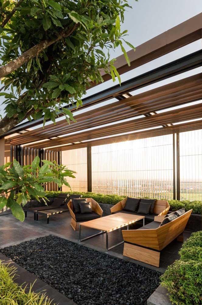 O pergolado garante sombra fresca no terraço
