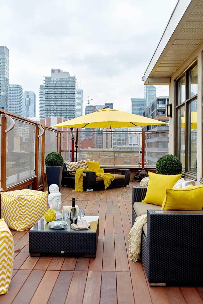 O amarelo e o preto dão o tom nesse terraço de apartamento