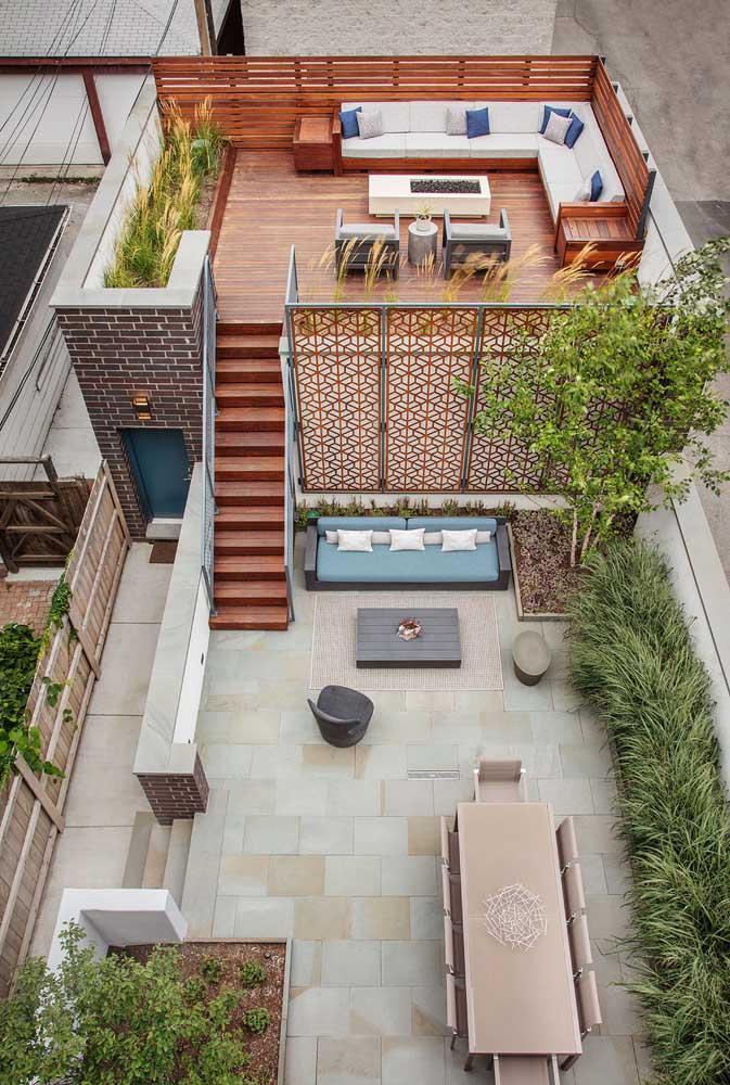 Aqui, o terraço ganha um patamar ainda mais elevado para o deck de madeira