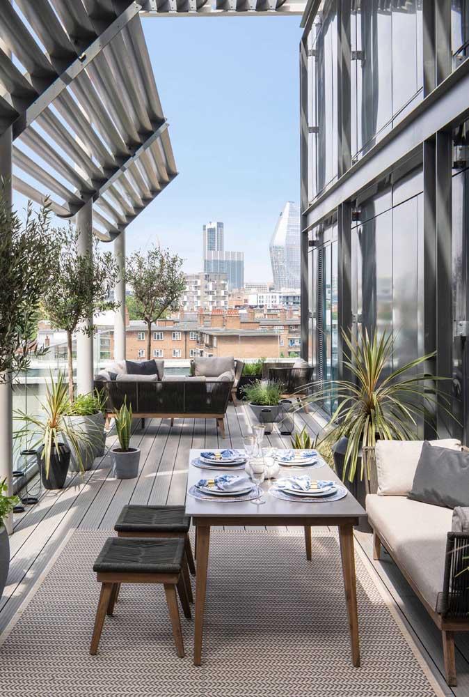 Mesmo em tons de cinza, o terraço não deixa de ser acolhedor e aconchegante