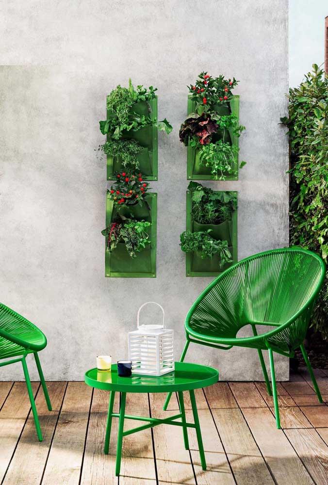 Que tal explorar os tons de verde no terraço? Tanto nas plantas, quanto nos móveis