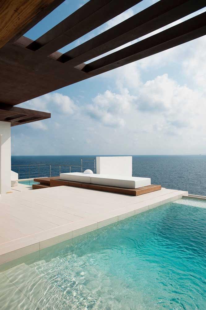 Uau! Como não cair de amores por esse terraço com vista para o mar e rodeado pela piscina de borda infinita?