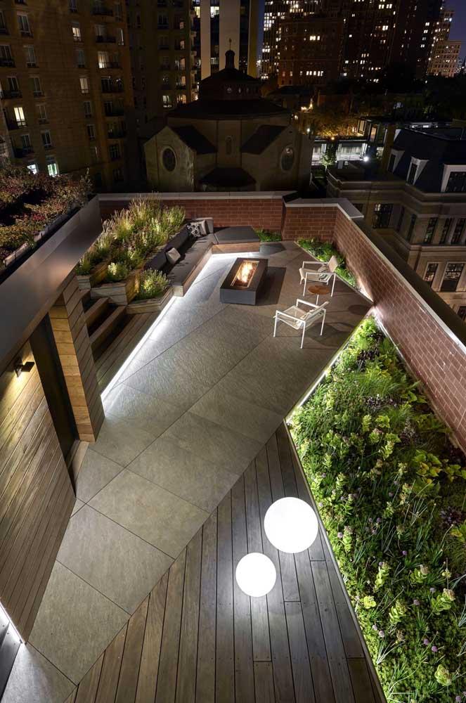 Terraço amplo com jardim, deck de madeira e área para fogueira