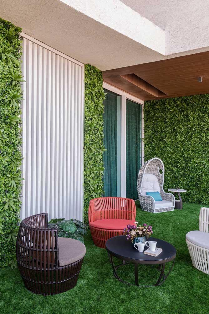 O jardim vertical completa a atmosfera verde desse terraço