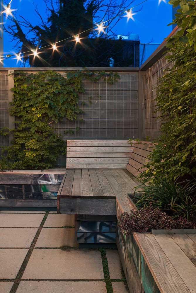 O varal de lâmpadas confere um charme todo especial para esse terraço